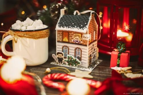 """Вышитая ёлочная игрушка по дизайну Ольги Петренко """"Рождество на Бейкер-стрит"""""""