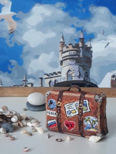 """Вышитая ёлочная игрушка по дизайну Ольги Петренко """"Чемодан путешественника"""""""