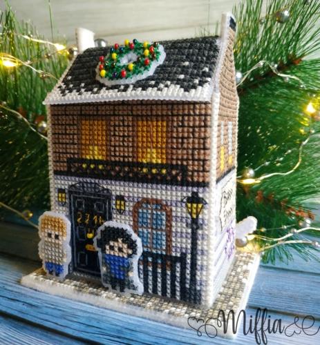 """Вышитая ёлочная игрушка по схеме Ольги Петренко """"Рождество на Бейкер-стрит"""""""