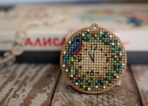 Вышитая ёлочная игрушка Новогодние часы
