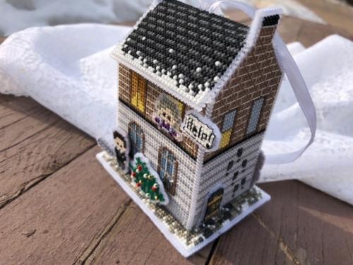 Вышитая ёлочная игрушка по схеме Ольги Петренко Рождество на Бейкер-стрит