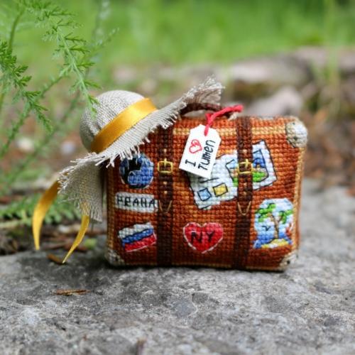 Чемодан путешественника - вышитая ёлочная игрушка по схеме Ольги Петренко