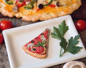Вышитая ёлочная игрушка Пицца по схеме Ольги Петренко